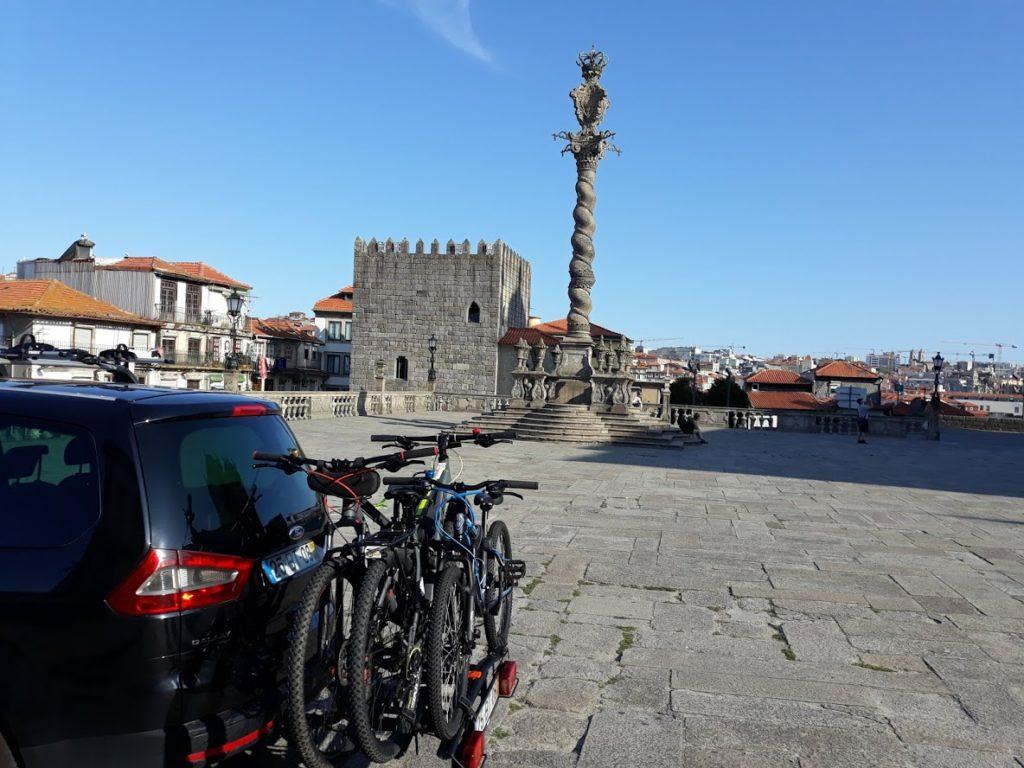 Taxiräder an der Sé Catedral do Porto für den Weg nach Santiago